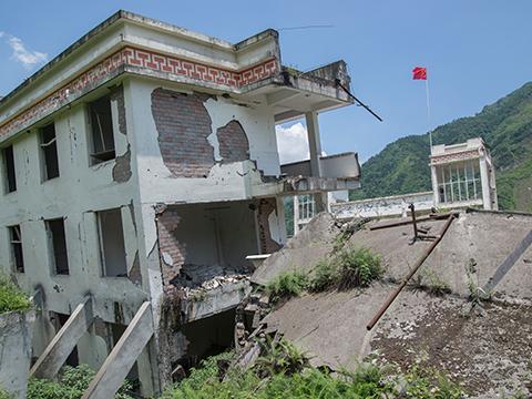 地震で崩壊する建物の画像