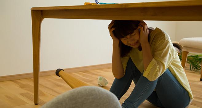 地震で避難する女性の画像