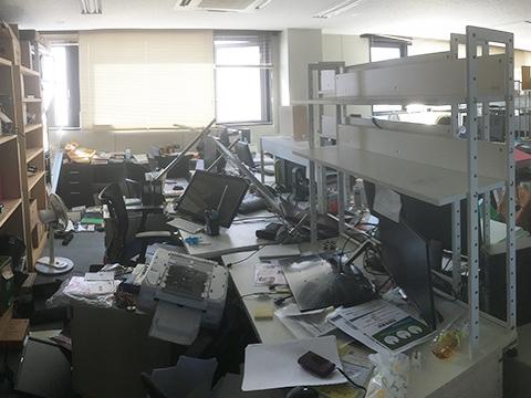 地震直後のさくら構造本社ビル室内風景の画像