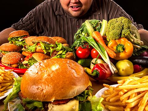 食べ物と男性の画像